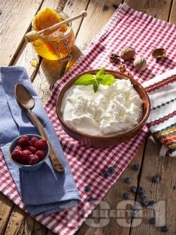 Цедено кисело мляко с мед и орехи за десерт - снимка на рецептата